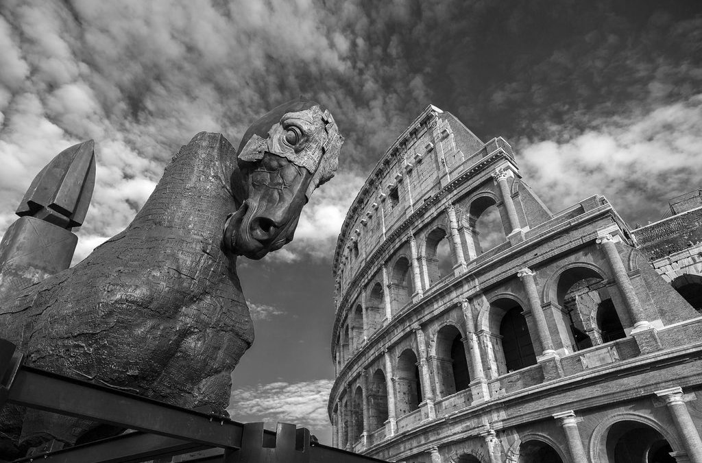 Una foto in bianco e nero con il colosseo sullo sfondo