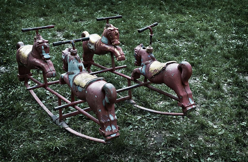 Vecchi cavalli a dondolo